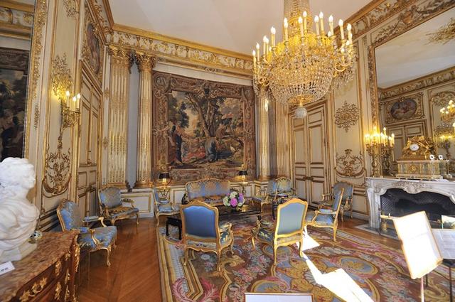 Người dân Pháp gọi cung điện Elysée là pháo đài với 365 phòng. Nhưng với một bộ sưu tập hơn 200 bức tranh cùng gần 70 pho tượng quý giá, dinh Tổng thống Pháp giống như một viện bảo tàng nghệ thuật hơn là một pháo đài.