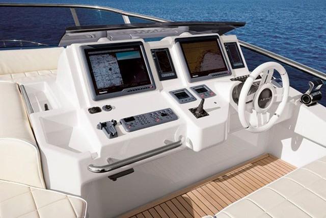 Buồng lái của chiếc du thuyền được thiết kế sang trọng và hiện đại với các bảng điện tử lớn.