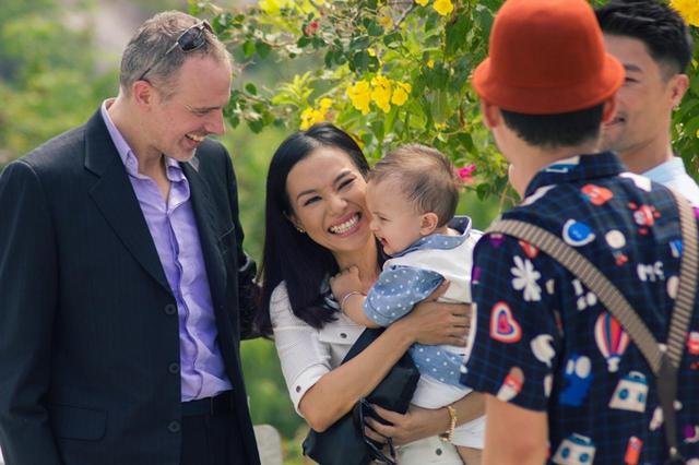 Vợ chồng Lý Thanh Thảo và doanh nhân Christiaan Romme trên phim trường Vú em tập sự cùng Johnny Trí Nguyễn và Tiến Luật. Nữ diễn viên Mùi ngò gai rất vui vì bé Bơ có khả năng diễn xuất của mẹ.