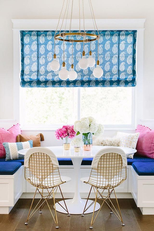 18. Những người yêu thích nội thất hiện đại sẽ thấy mình say mê với chiếc ghế băng bọc nệm màu sáng và đầy năng lượng này. Sự kết hợp của màu xanh dương và màu hồng rõ ràng đã làm bật được ưu thế của chúng trong thiết kế này.