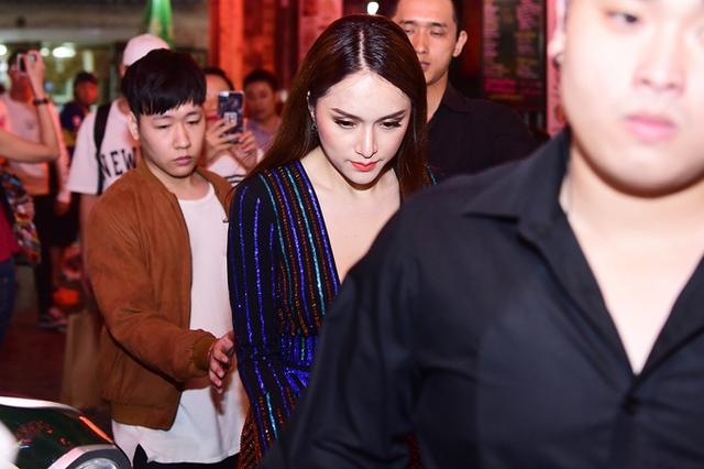 Gương mặt Hương Giang đượm buồn bởi cô vẫn chưa nguôi ngoai sau vụ ồn ào với nghệ sĩ Trung Dân. Khi scandal xảy ra, nữ ca sĩkhóc nức nở nhận lỗi vì đã có những lời nói bất cẩn làm tổn thương nghệ sĩ Trung Dân trong một buổi quay gameshow.