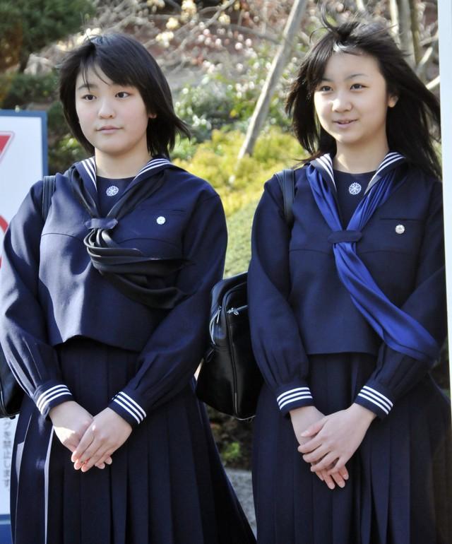 Công chúa Mako không tiếp tục học đại học tại trường Gakushuin như nhiều thành viên hoàng tộc khác. Cô theo học ngành nghệ thuật và di sản văn hóa tại Đại học Cơ đốc giáo Quốc tế Tokyo. Trong ảnh, Công chúa Mako (trái) trong lễ tốt nghiệp cấp 3 và em gái, công chúa Kako, trong lễ tốt nghiệp cấp 2 tại trường Gakushuin năm 2010.