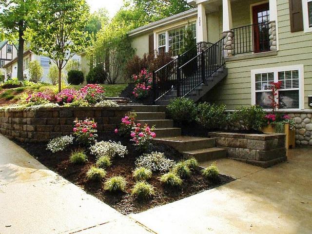 Nếu kết cấu khu vườn trước nhà bạn lại có thể trồng theo từng tầng được như thế này thì quá tốt. Mỗi một tầng bạn chọn một loại cây đặc trưng để trang trí thì sẽ đạt hiệu quả tối đa.
