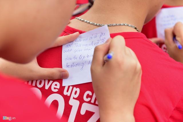 Phần lớn bạn trẻ đều viết những lời chúc tụng nhau đỗ đạt trong kỳ thi quan trọng sắp tới.