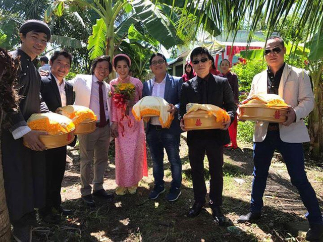 Nhiếp ảnh gia Đoàn Minh Tuấn (thứ hai từ phải qua) và một số bạn bè chí cốt làm phù rể, giúp Nguyễn Tranh bưng lễ vật trong ngày cưới. Chú rể rạng rỡ hạnh phúc tay trong tay với cô dâu sinh năm 1991.