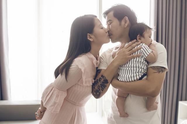Nhóc tỳ hơn 3 tháng tuổi đã làm cuộc sống của Ngọc Lan - Thanh Bình thêm ý nghĩa. Cặp đôi thay phiên nhau chăm sóc con trai, không nề hà chuyện lớn hay chuyện nhỏ.