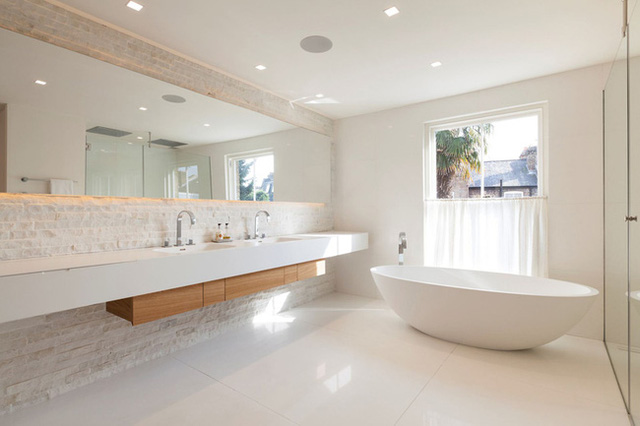 4. There's no denying that mirrored back mirrors give the bathroom a romantic feel, and that the room feels more spacious than it really is.