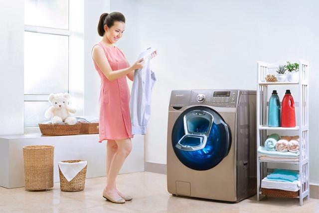 Với đồ của ông xã, Thuỳ Lâm rất tin tưởng vào công nghệ EcoBubble của Samsung Addwash giúp giặt sạch sâu tại những vị trí dễ dây bẩn nhất như cổ áo sơ mi hay gấu quần jeans.