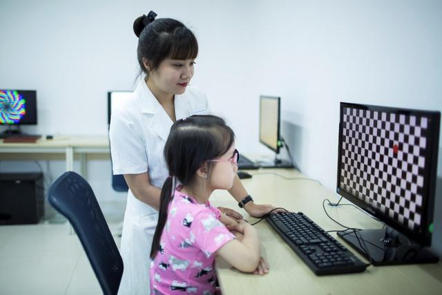 Các bé kiểm tra tật nhược thị tại Phòng khám Mắt Bích Ngọc bằng hệ thống phần mềm chuyên biệt
