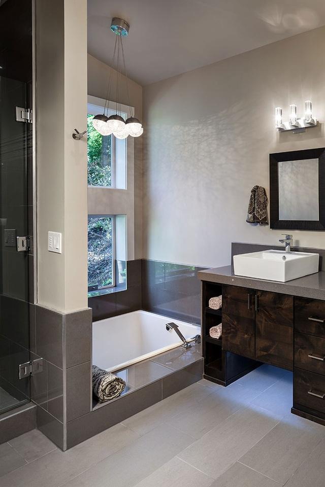 Sự pha trộn giữa mộc mạc và hiện đại là yếu tố xác định vẻ đẹp của ngôi nhà này được thiết kế bởi Jordan Iverson Signature Homes ở Oregon. Sự kết hợp chiết trung này đặc trưng cho nội thất của căn nhà với không gian nhất định. Phòng tắm này với thiết kế bồn tắm chìm và thiết kế vòi tắm hoa sen đơn giản nhưng vẫn nổi bật.