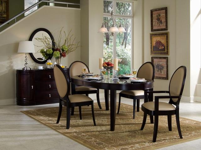 Thật dễ dàng để bạn sở hữu phòng ăn màu trắng trang nhã, nhưng khi có sàn gỗ cứng thì sẽ cần đến ít hơn sự trợ giúp của thảm để không gian nhẹ nhàng hơn. Do đó, chọn một chiếc thảm tương đương màu sàn gỗ, mỏng nhẹ là sự lựa chọn tốt nhất.