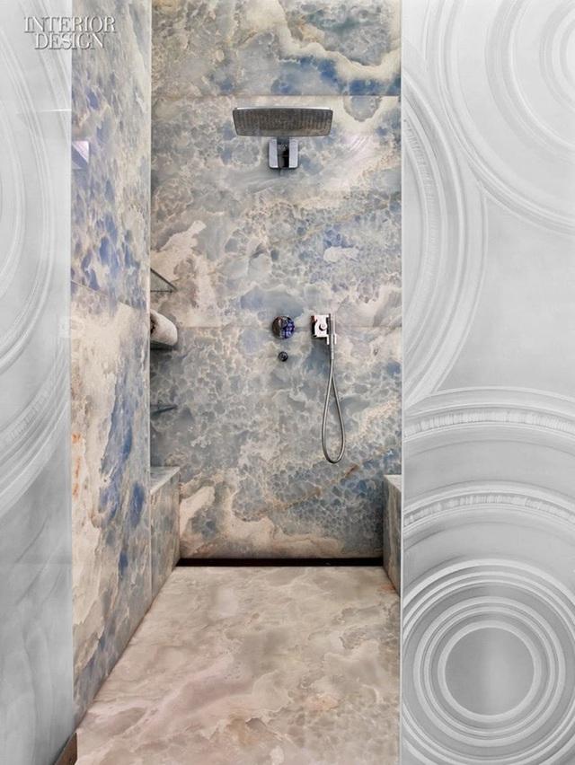 Vân đá tạo điểm nhấn sinh động, mát mắt cho phòng tắm.
