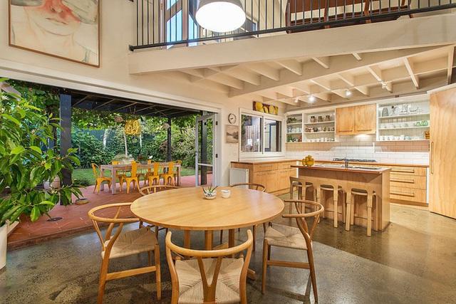 Toàn bộ bếp và không gian ăn uống được chất liệu gỗ bao bọc, chạy ra cả khu vực ăn uống ngoài sân hiên.