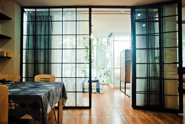 Phòng ngủ của căn hộ trước đây được ngăn cách bằng chiếc tủ gỗ lớn tạo cảm giác chật chội, bí bức. Khi thiết kế lại, đơn vị tư vấn là Ingreen Design đã đưa ra ý tưởng về vách kính khung thép tạo cảm giác thoáng đãng cũng như lấy sáng tốt hơn cho căn hộ.