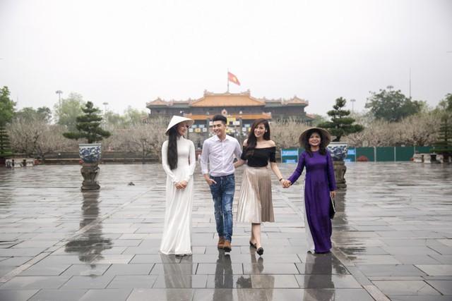 Sau đó, giọng ca Gạt đi nước mắt còn đưa cô bạn gốc Hà thành đến tham quan Hoàng thành Huế - một biểu tượng văn hóa, lịch sử thuộc quần thể di tích cố đô.