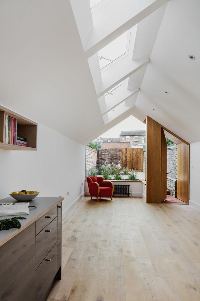 """Bốn cửa sổ trần nhỏ """"hùm vốn"""" lượng ánh sáng chiếu vào ngôi nhà cùng với cửa kính lớn giúp không gian lúc nào cũng sáng trưng mà không cần đèn điện."""