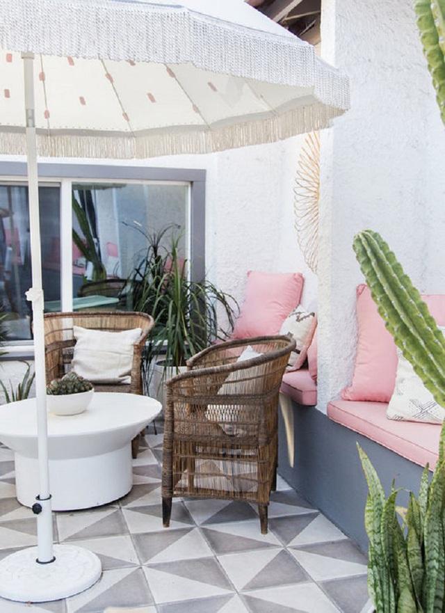 Thêm một bàn trà nhỏ uống nước với ghế ngồi từ mây tre đan rất nhẹ nhàng, thanh thoát, tạo cảm giác dễ chịu cho người sử dụng.