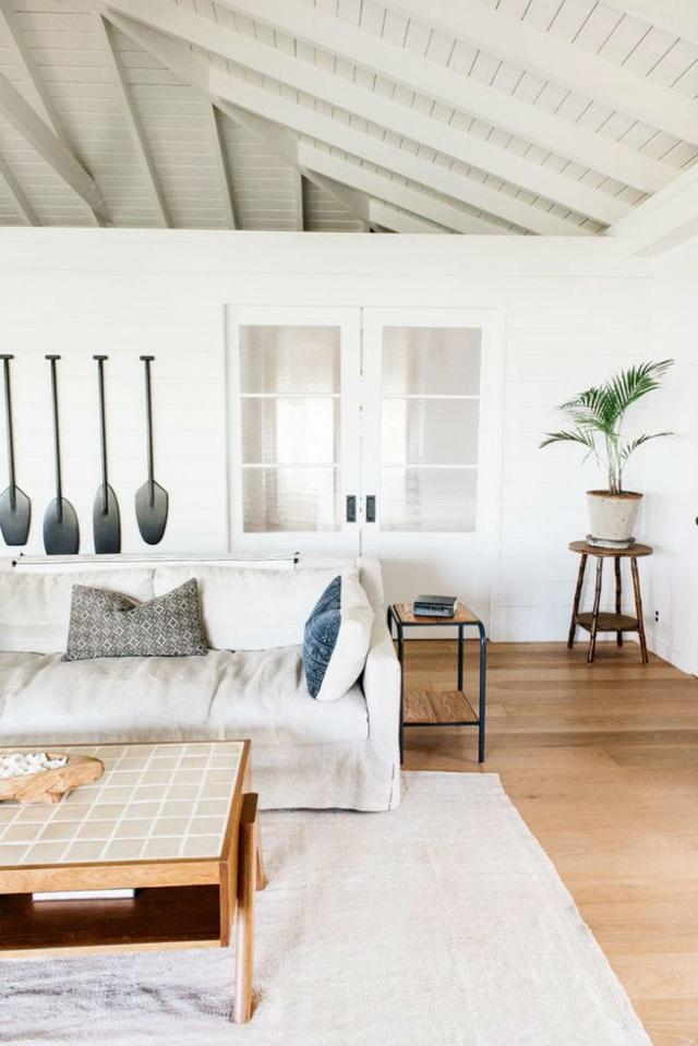 Phòng khách chính nằm bên trong được chủ nhân trang trí, sắp xếp đơn giản với những nội thất chính.
