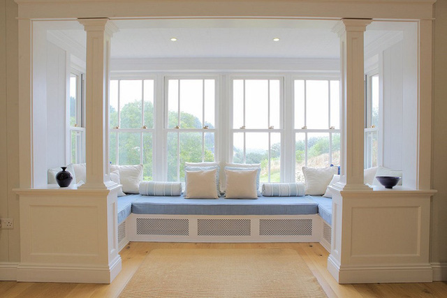 Ghế ngôi bên cửa sổ này thực sự được biến thành một khu vực sảnh khách rộng mà có thể tạo cho bạn cảm giác tuyệt vời và thoải mái. Nhờ bảng màu nhẹ nhàng của màu trắng và màu xanh nên trông nó vẫn rất tối giản.