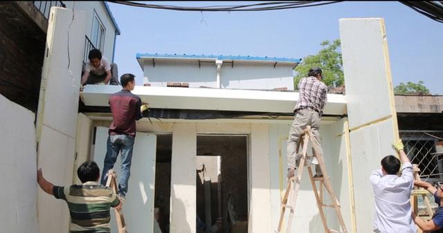 Ngôi nhà lắp ghép này được làm bằng những khối vật liệu bền chắc có khả năng cách nhiệt. Việc cải tạo nhà bằng khối lắp ghép giúp tiết kiệm chi phí, đẩy nhanh quá trình cải tạo. Các công nhân xây dựng chỉ mất khoảng 24 giờ với một chiếc cờ lê để ghép những mảnh tường, cột, cửa bằng vật liệu có sẵn là ngôi nhà đã hoàn thành. Không những vậy, sau khi hoàn thành, ngôi nhà này thực sự là một điểm sáng giữa khu nhà có phần chật chội, xuống cấp.