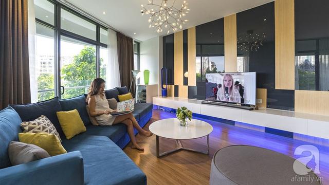 Bộ sofa màu xanh cổ vịt rộng rãi là nơi cả gia đình quây quần giải trí cùng nhau.