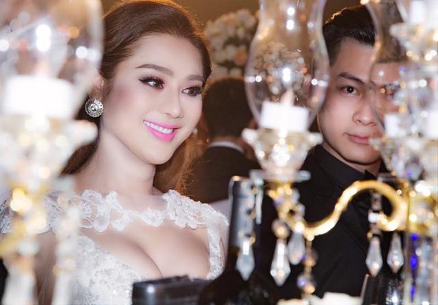 Cô tự tin với nhan sắc ngày càng gợi cảm, nữ tính của mình. Lâm Khánh Chi tiết lộ đang nôn nao chờ đến đám cưới của cô vào tháng 12 tới.