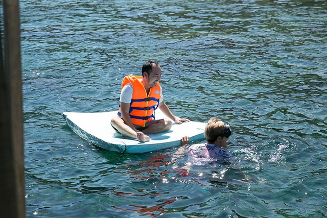 Từ bờ biển Nhơn Lý, Kiều Minh Tuấn và Tiến Luật lên chiếc cano phóng ngược đến bãi tắm Kỳ Co, được mệnh danh là Maldives của Việt Nam.