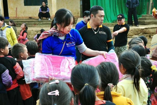 Linh Trang trao quà cho các em nhỏ vùng cao trong một chuyến thiện nguyện.