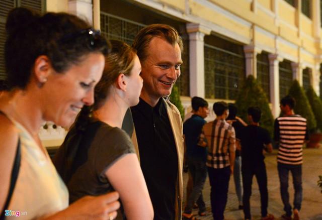 Đạo diễn Nolan tỏ ra rất thoải mái cùng gia đình trên đường phố Sài Gòn. Ông sinh tại London năm 1970, cha là người Anh, mẹ quốc tịch Mỹ. Kể từ phim đầu tay Following (1998), Christopher Nolan đã thực hiện hàng loạt tác phẩm xuất sắc và trở thành đạo diễn quyền lực hàng đầu Hollywood.