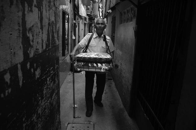 Trước đây, ông Quang đi bán vé số nhưng bị người ta lừa lấy hết nên phải chuyển nghề bán bánh bông lan.