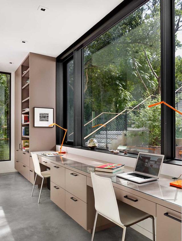 4. Bàn làm việc trong mơ của biết bao người với khung cửa sổ bằng kính cỡ lớn đối diện được đặt cạnh bên chiếc tủ tài liệu có không gian lưu trữ rộng rãi.