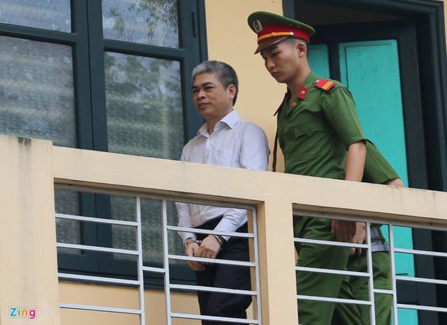 2 bị cáo Nguyễn Xuân Sơn và Hà Văn Thắm bị đưa vào phòng cách ly khoảng 10 phút, trước khi được dẫn giải ra phòng xét xử.