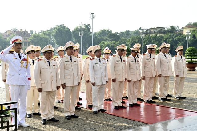 Đoàn đại biểu Đảng ủy Công an Trung ương và Bộ Công an viếng Chủ tịch Hồ Chí Minh. Ảnh: VGP/Nhật Bắc