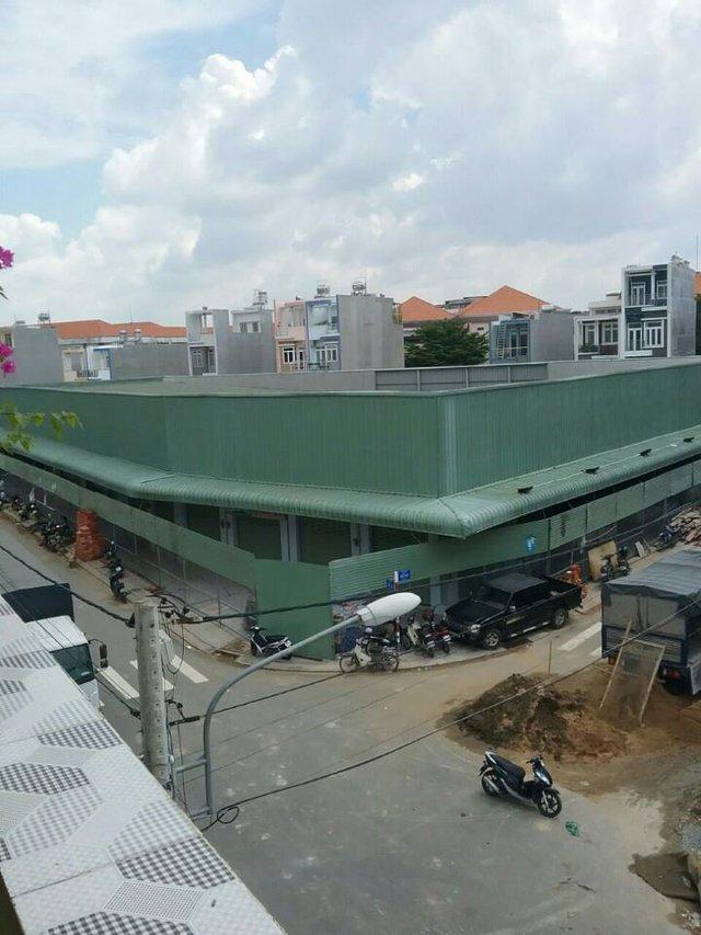 Khu chợ chính giữa dự án bị rào kín bằng lưới sắt B40