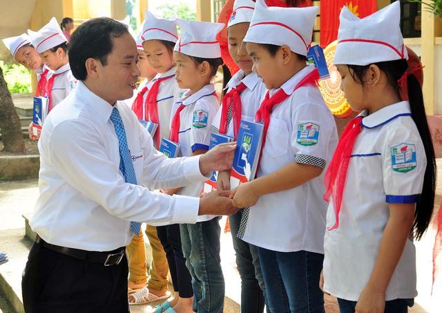 Tặng vở cho các học sinh tại trường tiểu học Đồng Lạc