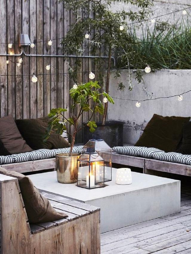 4. Hoặc một buổi chiều tà, nhâm nhi một ly rượu vang trên bộ ghế sofa làm bằng gỗ dạng hộp và lót nệm mỏng có họa tiết tựa như sọc ngựa vằn.