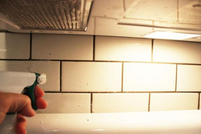 Phun đều dung dịch nước tẩy này lên tường, để ngâm dung dịch ở tường trong vài phút, để các chất có trong nước phá tan lớp bẩn bám trên gạch bạn nhé.