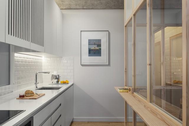 Khu vực bếp gần như mang một tông trắng, tách biệt với những khu vực còn lại. Bếp được thiết kế tối giản, đầy đủ những tiện nghi cần thiết.