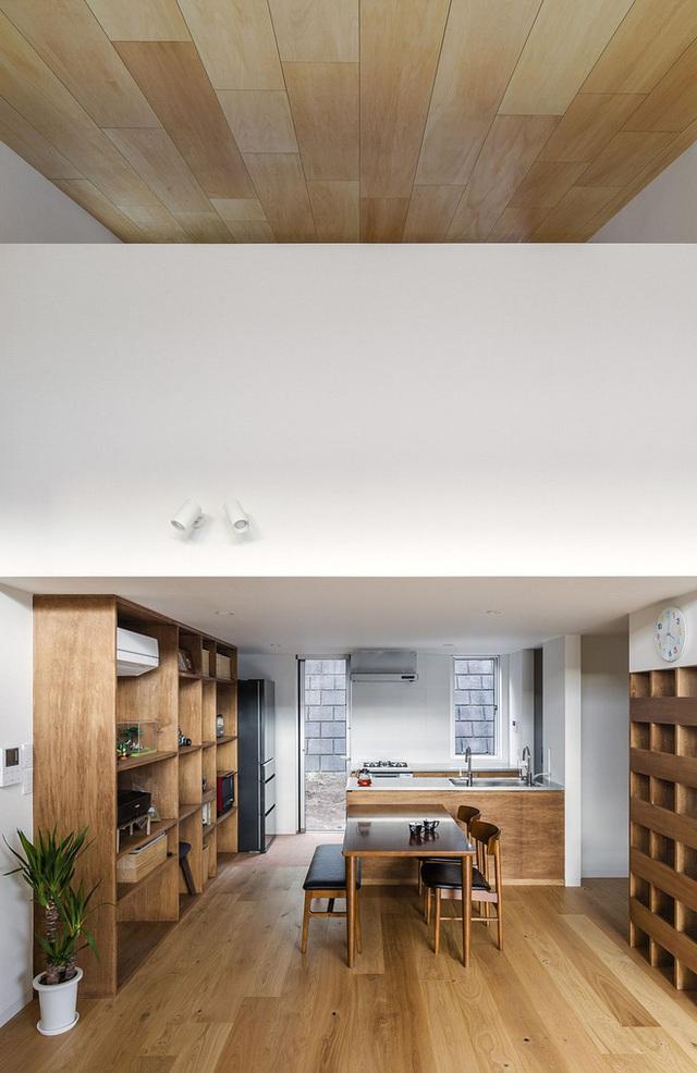 Trần nghiêng và phòng khách nối liền với tầng hai của ngôi nhà Nhật Bản. Chiều cao của các tầng được sử dụng là khá cao để tận dụng cho không gian trở nên thoáng đãng và rộng rãi hơn.