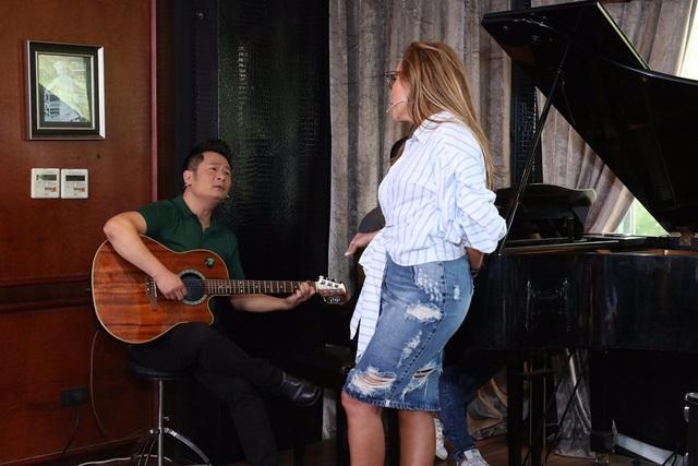 """Ở Kiều có đôi mắt rất tình. Khi hát chung, tôi thường tìm ánh mắt Kiều để có thể thăng hoa trong cảm xúc và lúc đó tôi hát tốt nhất"""", Thanh Hà nói."""