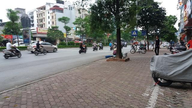 Người chồng bị truy đuổi một đoạn đường thì bị quật ngã.