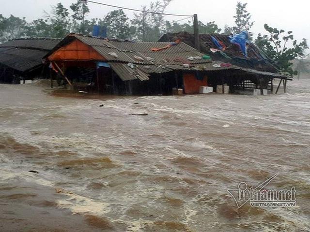 Hàng chục quán xá ở cảng Cửa Sót bị sóng cuốn trôi, đánh chìm. Ảnh: Vietnamnet