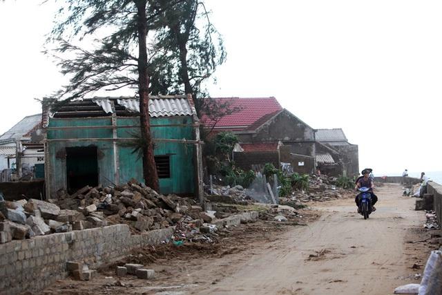 Cảnh tiêu điều ở thôn Hải Bắc một ngày sau khi bão số 10 quét qua.