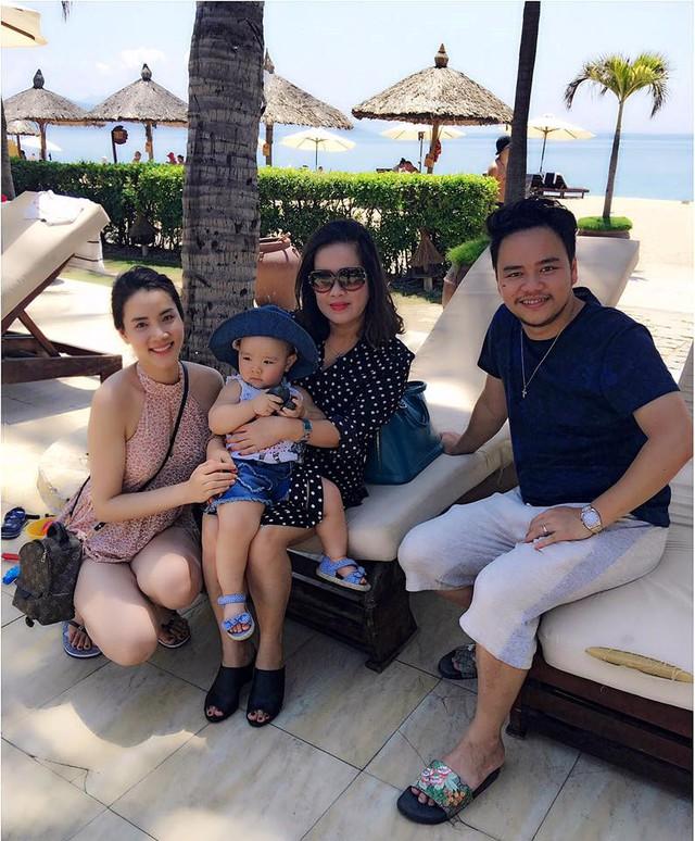 Mẹ chồng Trang Nhung là nữ nhà văn nổi tiếng Nguyễn Thị Thu Huệ chụp ảnh cùng các con trong kỳ nghỉ.