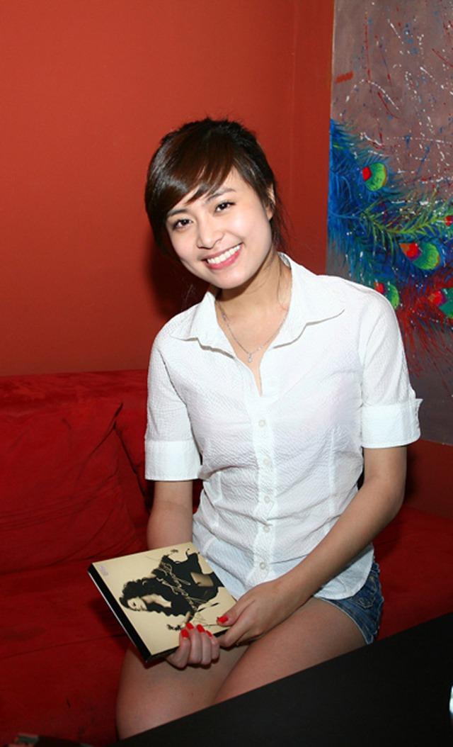 Năm 2010, Hoàng Thùy Linh bắt đầu đi hát nhiều hơn ở các tụ điểm ca nhạc. Cuối năm, cô phát hành album nhạc đầu tay. Khi đó nữ diễn viên sinh năm 1988 mang nét đẹp mộc mạc, vấn tóc cao, để lộ gương mặt tròn. Cùng với việc trở lại sau thời gian dài im ắng vì scandal, Hoàng Thùy Linh ra mắt MV đầu tiên mang tên Nhịp đập giấc mơ
