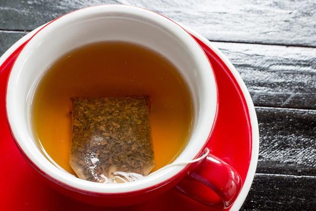 Trà là một chất kiềm, vì vậy nó sẽ trung hòa axit gây kích ứng; trà cũng chứa các hợp chất có thể giúp giảm đau. Sử dụng một túi trà ẩm đắp lên vết thương trong năm phút để cảm thấy đỡ đau hơn.