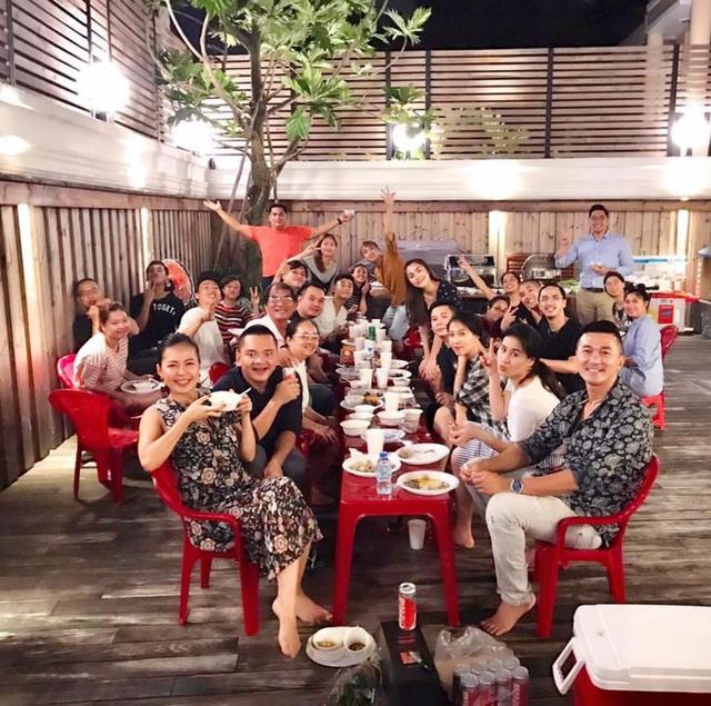 Ông xã Hà Tăng - Louis Nguyễn cũng tham gia bữa tiệc đặc biệt này với vợ.
