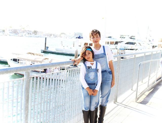 Anna Linh năm nay 12 tuổi, còn Mary Linh hơn 7 tuổi. Cả hai đều rất cá tính, thích ăn mặc ton sur ton với nhau.