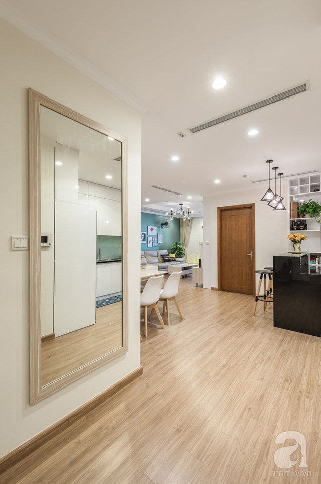 Kiến trúc sư treo chiếc gương để khuếch tán ánh sáng, để mở rộng diện tích và để tạo điểm nhấn gọn xinh khi bước vào.
