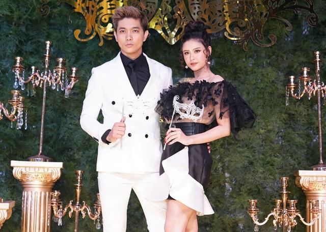 Vợ chồng Tim - Trương Quỳnh Anh tình tứ trước ống kính.
